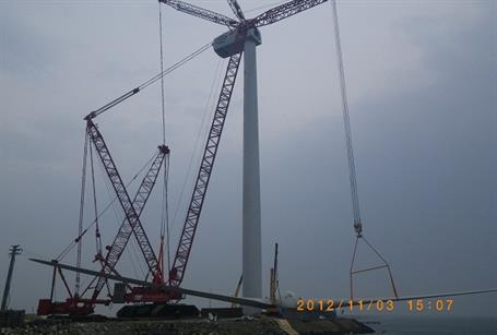 It has a control system with separate pitch-control function to effectively lower the uneven load of the turbine.