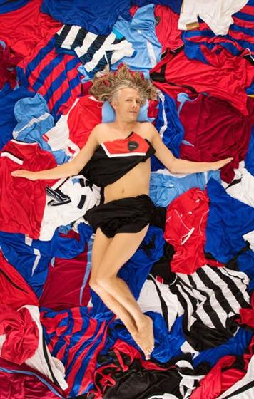 Jimmy Bullard apes Mena Suvari from 'American Beauty' in Carling promo