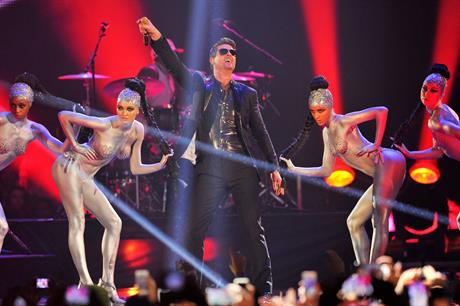 Robin Thicke performed his song 'Blurred Lines'