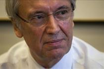 News International veteran Hinton resigns following phone hacking allegations