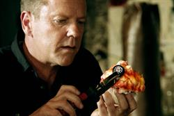 Kiefer Sutherland makes dynamite cupcakes in Acer spot
