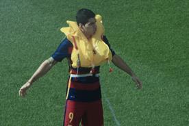 Qatar Airways: Suarez demos lifejackets for Qatar Airways