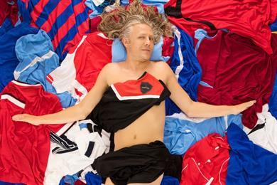 Carling persuades Jimmy Bullard to re-enact naked American Beauty pose