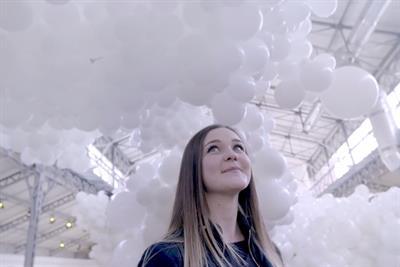 Fairy creates installation from 43,000 balloons