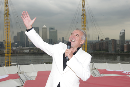 Terry Venables sings The Sun's World Cup anthem on top of the O2