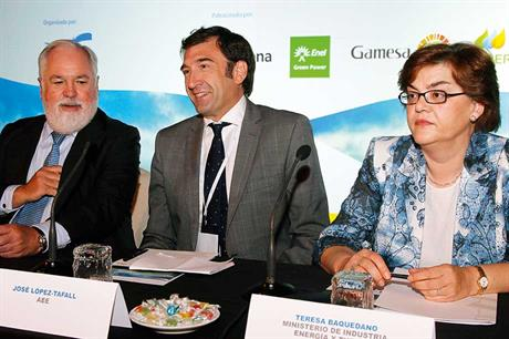 Significant presence… Ministers Arias Cañete, left, and Teresa Baquedano, right, with outgoing AEE president José Lòpez Tafall (pic: JL Cuesta)