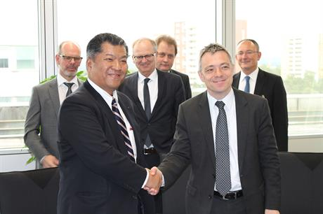 Masaki Shirayama (left), managing executive Oofficer at Sumitomo Electric, and Mirko Düsel, CEO of the Transmission Solutions Business Unit at Siemens Energy Management, at the signing ceremony in Erlangen