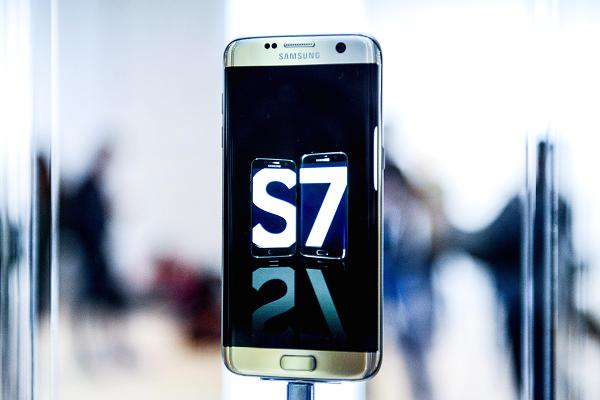 The Samsung Galaxy S7, on show at MWC 2016 (source: CNBC)