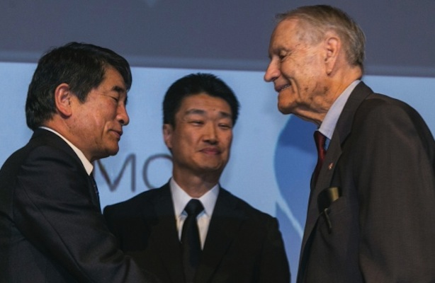 Yukio Okamoto, outside board member of Mitsubishi Materials, and Hikaru Kimura, senior executive officer Mitsubishi Materials, offer an apology to 94-year-old US prisoner of war, James Murphy.