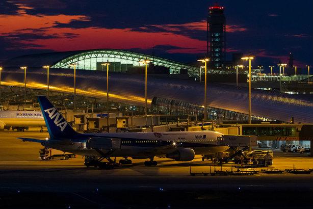 A Boeing B767 at Kansai International Airport (Credit: ken H via Flickr)