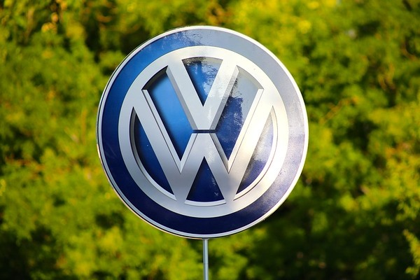 Volkswagen is accused of trying to bribe customers over its diesel fuel scandal by the former chairman of GM