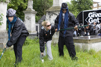 N-Dubz help RockCorps volunteers