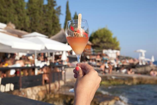 Mumm Champagne unveils floating bar