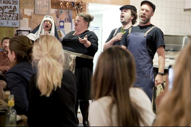 Event TV: Saclà stages surprise opera in pizzeria