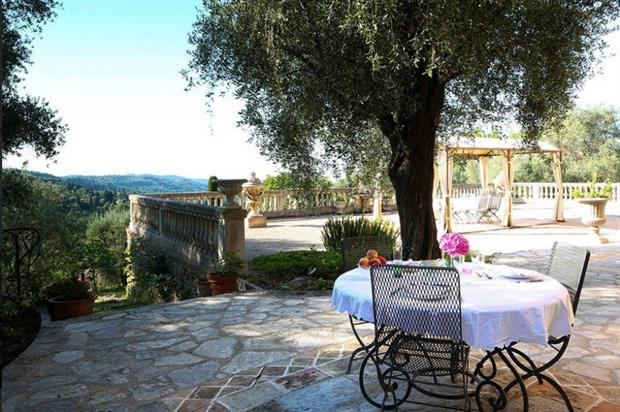 The villa includes a pool and spacious outdoor area (airbnb.co.uk)