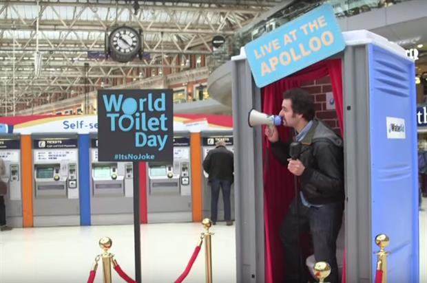 Patrick Monahan delivered a 'comedy show' at the portaloo stage (Youtube/WaterAid)