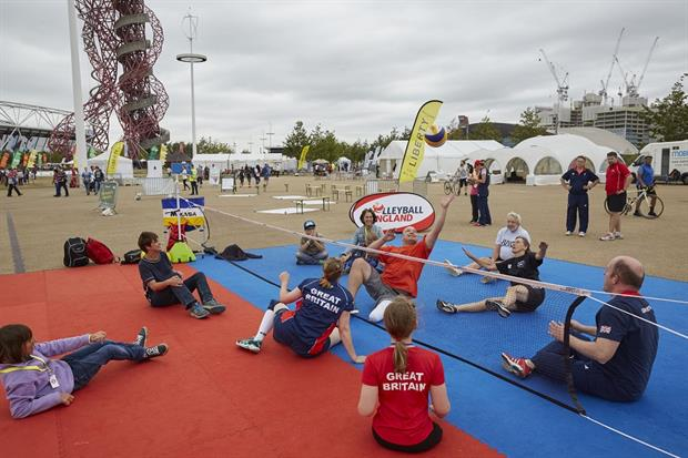 Members of the public test their skills at disability sports (photo credit OnEdition)