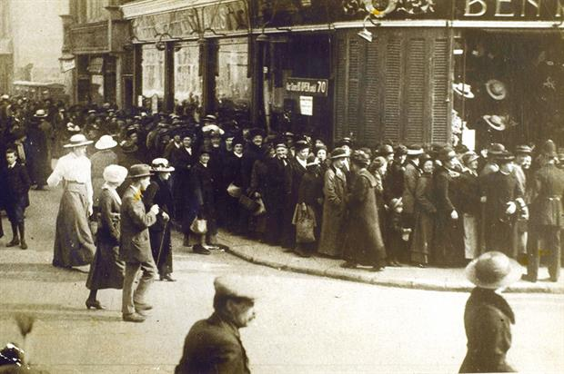 Food supplies: people in Kingston queuing to buy potatoes during World War One - image: © Chronicle/Alamy Stock Photo