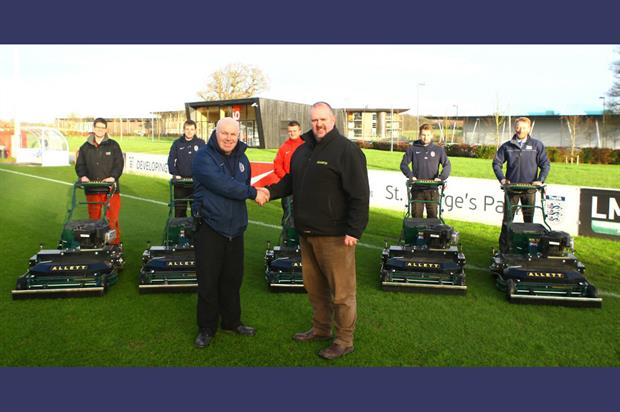 Alan Ferguson (L) with Allett Mowers sales manager Leigh Bowers. Image: Supplied