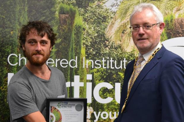 Lachlan Rae with Chartered Institute of Horticulture president Dr Owen Doyle. Image: CIH