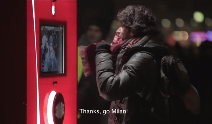 Coca-Cola: tries to bring harmony to rival fans in Milan through a vending machine