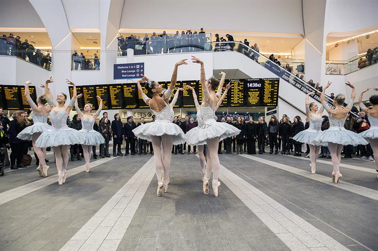 Ballerina flashmob surprises and entertains crowds as part of a Pandora Christmas Delights event