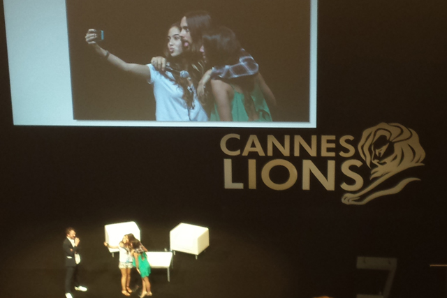 Jared Leto: poses for selfie during Cannes talk
