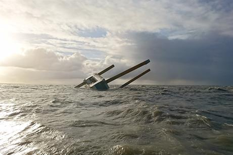 The ship was being transferred along the coast when the towline snapped, causing the vessel to drift and become grounded
