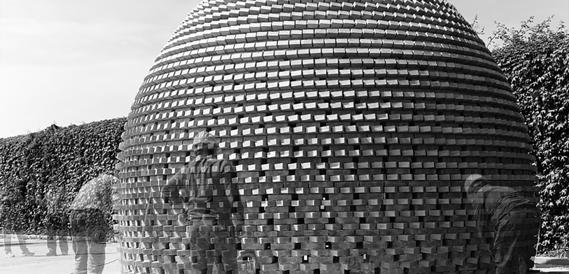 Dome (Siracusa, Italy, 2011), a brick pavilion built with a man-controlled revolving compass. Design-build studio led by prof. Luigi Alini and AION (Aleksandra Jaeschke and Andrea Di Stefano). Photo: Francesco Lopes.