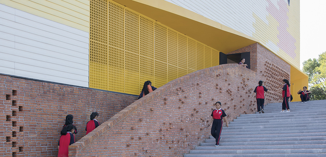 Indoor Playground (Doubling as lecture hall) of Yueyang County No.3 Middle School by SUP Atelier, Images: Xia Zhi