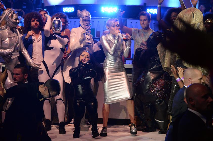 Miley Cyrus singing 'We Can't Stop' with performers in alien attire