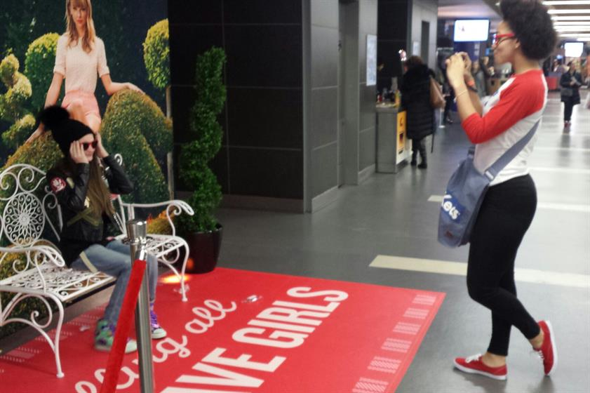 In Pictures Kru Live Tours With Keds For Taylor Swift Red Activation