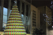 The tree is comprised of 1,600 Pringles cans (@Pringles_UK)