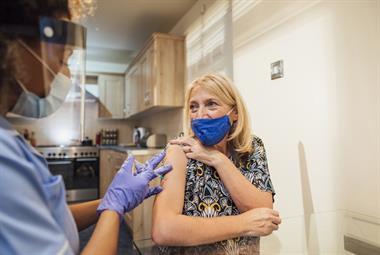 """NHS计划一次治疗COVID加强剂和流感疫苗注射,BMA批评家庭医生的作用""""上限""""为75%"""