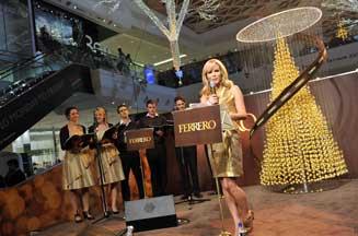 Amanda Holden sings Christmas carols for Ferrero