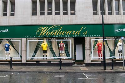 Paddy Power mocks Man Utd transfer policy with 'window shopping' display