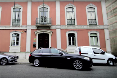 Event TV: Smart creates shrinking cars in parallel parking stunt