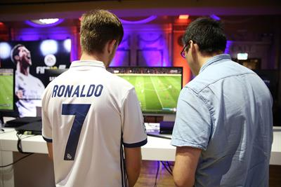 Fifa 18 pits Premier League footballers against YouTube gamers