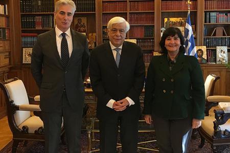 Prokopis Pavlopoulos (centre) with IFLA president Glòria Pérez-Salmerón (R) and IFLA Secretary General Gerald Leitner (L)