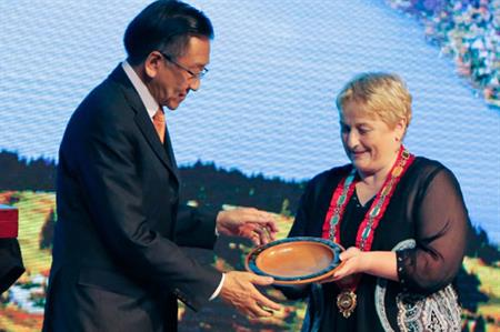 Amway China president Audie Wong exchanges gifts with Vanessa van Uden, Mayor of Queenstown (PRNewsFoto/Amway China Co., Ltd.)