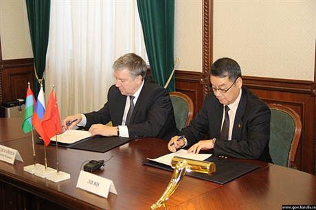 Head of the Karelia republic Alexander Khudilainen (left) and Sinomec's senior vice president Li Yang sign the agreement