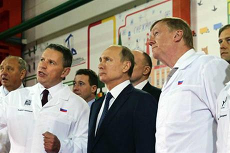 Rusnano board chairman Anatoly Chubais (right) with Russian president Vladimir Putin (centre)