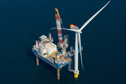 A Siemens 3.6MW turbine being installed at Anholt