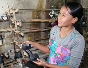 Shoemaker Ibu Biyah in Indonesia is seeking cash through the Lend With Care site