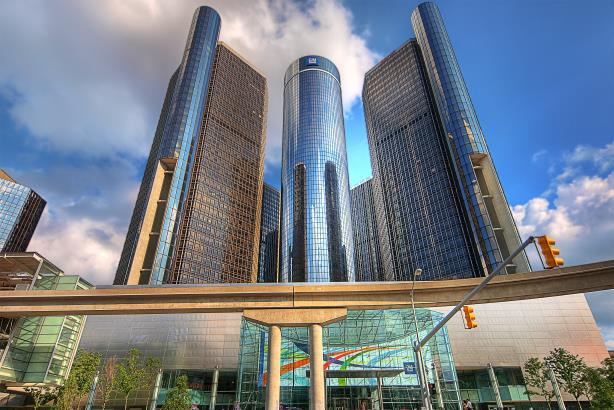 GM's Renaissance Center headquarters. (Image via Wikimedia Commons, by paul (dex) bica from Toronto, Canada).