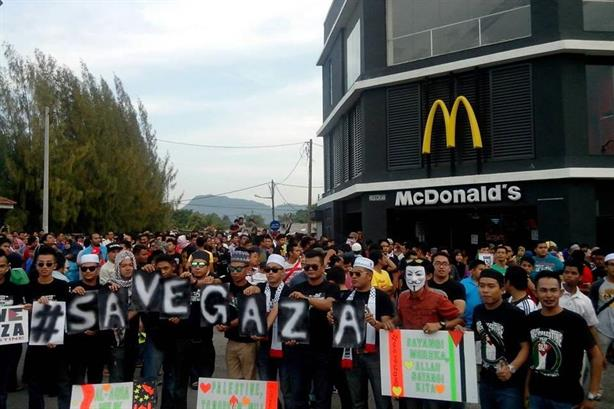 Anti-Israeli protest outside a McDonald's outlet (image from www.blogammar.com)