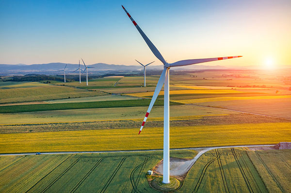 Energy: Wind farm in farmland (photograph: Zych/123RF)