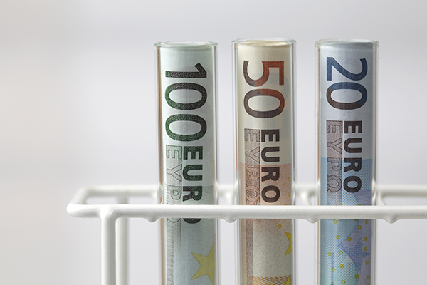 Finance: euros in testtubes (photograph: Joachim Wendler/123RF)