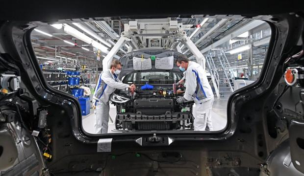 Workers assemble the Volkswagen ID.3 electric car in Zwickau, eastern Germany, April 2020. European automakers are increasingly shifting their investment to electric models. Photo: Hendrik Schmidt/POOL/AFP via Getty Images
