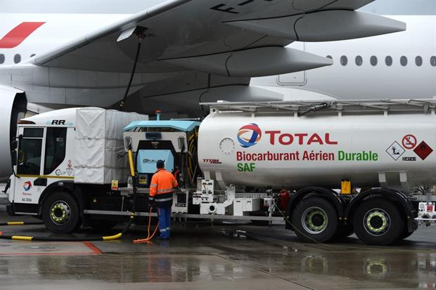 Staff members refuel an Air France long-haul aircraft with sustainable aviation fuel, May 2021. Photo: Eric Piermont/AFP via Getty Images